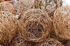 Handgjorda trälampor som säljs på hemslöjdmässor i Brasilien, runt och fullt av hål Arkivfoto