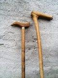 Handgjorda tr?g? pinnar som st?r p? v?ggen royaltyfri fotografi