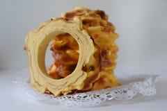 Handgjorda traditionella baumkuchen lagerkakan som bakas över brand Royaltyfri Bild