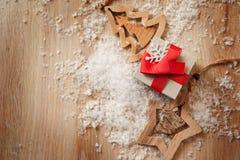 Handgjorda träleksaker och julaskar för gåvor av kraft papper Royaltyfri Bild