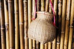 Handgjorda vide- korgar på bambuväggen Arkivfoton