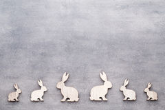 Handgjorda wood easter kaniner på träbakgrund Arkivfoto