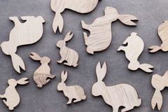 Handgjorda wood easter kaniner på träbakgrund Royaltyfria Foton