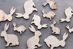 Handgjorda wood easter kaniner på träbakgrund Royaltyfri Fotografi