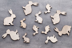 Handgjorda wood easter kaniner på träbakgrund Arkivfoton
