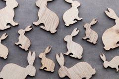 Handgjorda wood easter kaniner på träbakgrund Fotografering för Bildbyråer