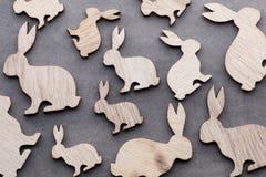 Handgjorda wood easter kaniner på träbakgrund Arkivbilder
