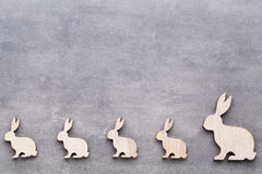 Handgjorda wood easter kaniner på träbakgrund Royaltyfri Foto