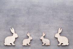 Handgjorda wood easter kaniner på träbakgrund Royaltyfria Bilder