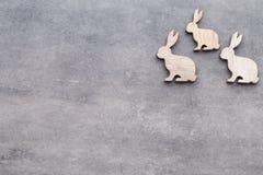 Handgjorda wood easter kaniner på träbakgrund Royaltyfri Bild