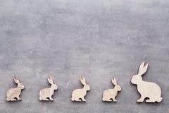 Handgjorda wood easter kaniner på träbakgrund Arkivbild