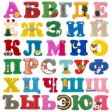 Handgjort Cyrillic alfabet från filt som isoleras på vit Arkivfoto
