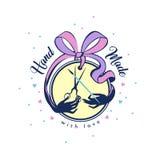 Handgjort emblem med bandpilbågen med sax och borsten för sömmerskaneedlewomanen idérik personlighet royaltyfri illustrationer