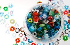 Handgjort exponeringsglas pryder med pärlor i bunke Royaltyfri Fotografi