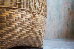Handgjort för bambukorg som förläggas på marmorgolvet Royaltyfria Foton