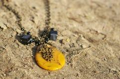 handgjort Halsband på sanden på unny dag arkivfoton