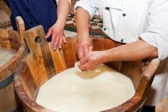 Handgjort hantverk för produktion av mozzarellaen arkivbilder