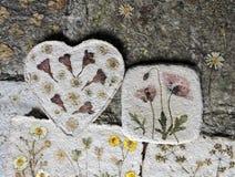 Handgjort papper med naturliga blommor Royaltyfria Foton