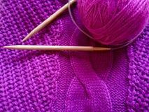 Handgjort tröja- och ullgarn i rosa färger Royaltyfria Bilder
