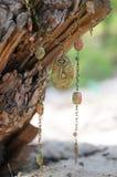 handgjort Uppsättning av smycken med stenar och tangent på trät arkivfoton
