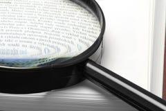 Handglass auf einem Buch Lizenzfreies Stockfoto