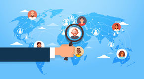 Handgriff-Lupe beschließen Kandidaten Job Position Business People, um über Weltkarte anzustellen Lizenzfreies Stockbild
