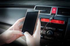 Handgriff Smartphone im Auto Lizenzfreie Stockfotos