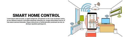 Handgriff Smartphone mit intelligenter Hauptkontrollsystem-Anwendung über moderner Haus-Innenhintergrund-horizontaler Fahne Stockfoto