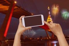 Handgriff- und -touch Screen Mobiltelefon, beweglich über unscharfem Nachtstadt scape stockbilder