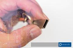 Handgriff USB-Blitz-Antriebsdoppelbelichtung mit Stadtlicht mit s Stockfotos