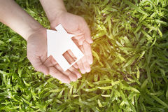 Handgriffhaus gegen grünes Feld Lizenzfreies Stockfoto
