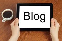 Handgrifftablet-pc mit Blogwort Stockfotos