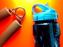 Handgripexerciser och sportvatten arkivbild
