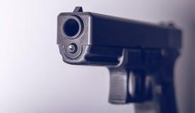 handgun Calibro 45 su fondo in bianco e nero Fotografia Stock