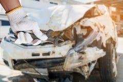 Handhållskiftnyckel med bakgrund för skada för bilkrasch Royaltyfria Foton