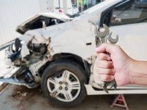 Handhållskiftnyckel med bakgrund för skada för bilkrasch Arkivbilder