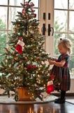 Handhaben des Weihnachtsbaums Stockfotografie