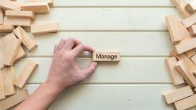 Handhaben Sie das Wort, das auf hölzernen Block mit Handgriff geschrieben wird Stockfotos