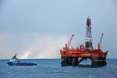 Handhabende Operation des Ankers in der Nordsee Stockfotos