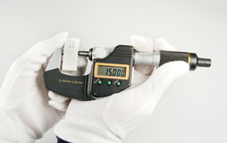 Handhabung einerBügelmessschraube bruk av en mikrometer Royaltyfri Fotografi