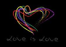 Handhandstilhjärtor formar regnbågen som är färgrik på svart bakgrund Förälskelse är förälskelsehandhandstil LGBT-förälskelseserv arkivfoton