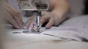 Handheld конец вверх взрослых женских рук шить сторону striped ткани видеоматериал