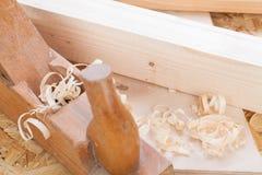 Handheld самолет древесины с деревянными shavings Стоковая Фотография