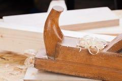 Handheld самолет древесины с деревянными shavings Стоковые Изображения RF
