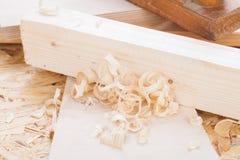 Handheld самолет древесины с деревянными shavings Стоковое Изображение