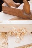 Handheld самолет древесины с деревянными shavings Стоковое Фото