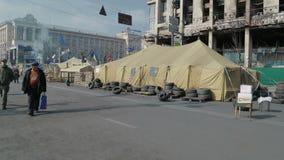 Handheld съемка баррикад на Khreshchatyk сток-видео