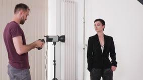 Handheld съемка творческой команды работая на photoshoot моды сток-видео