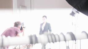Handheld съемка фотографа и модели во время photoshoot моды акции видеоматериалы