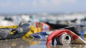 Handheld extremt slut upp av plast- avskräde och avfall på stranden stock video